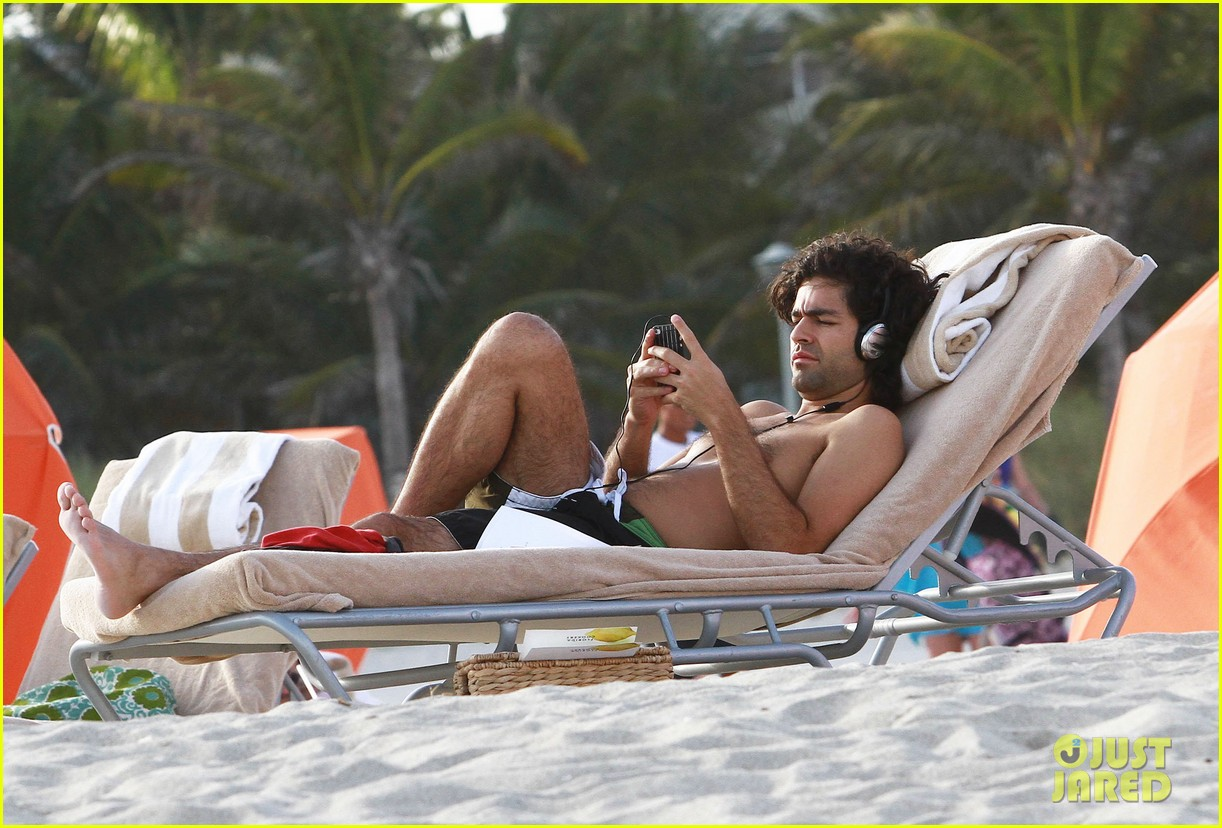 adrian grenier shirtless beach reading 05