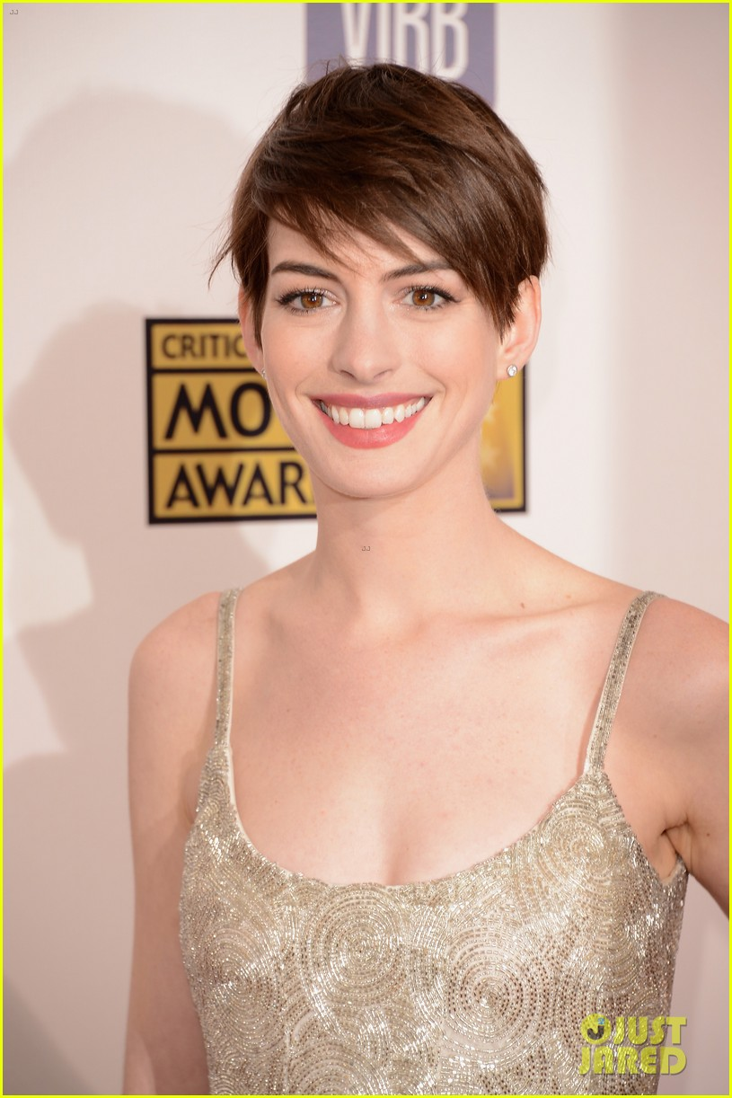 anne hathaway critics choice awards 02