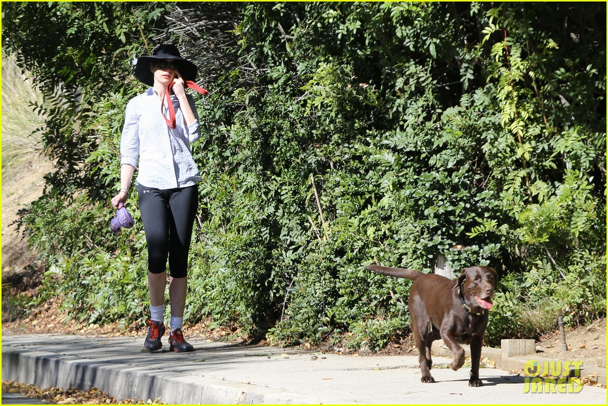 anne hathaway saturday stroll with esmeralda 102790918