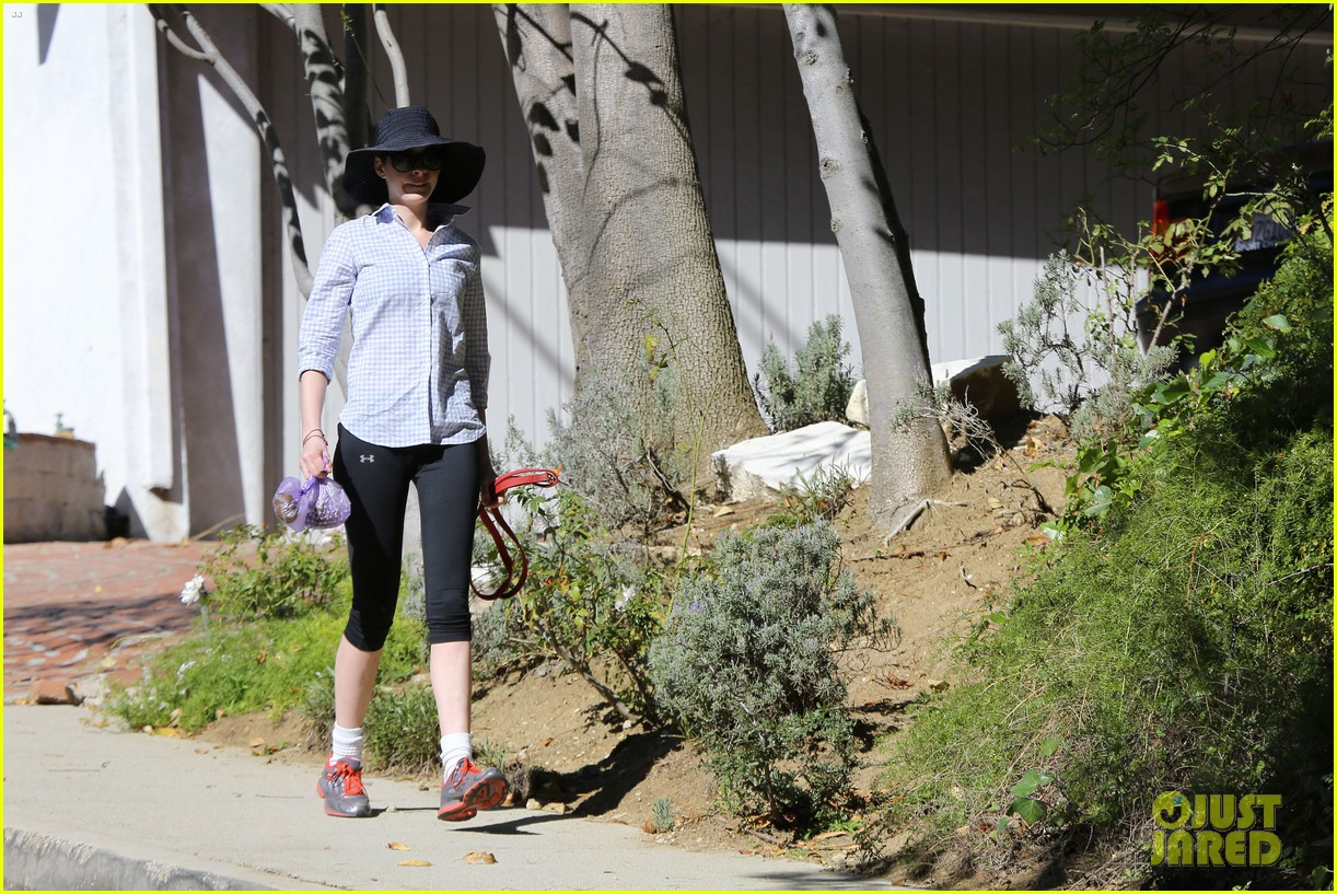 anne hathaway saturday stroll with esmeralda 13