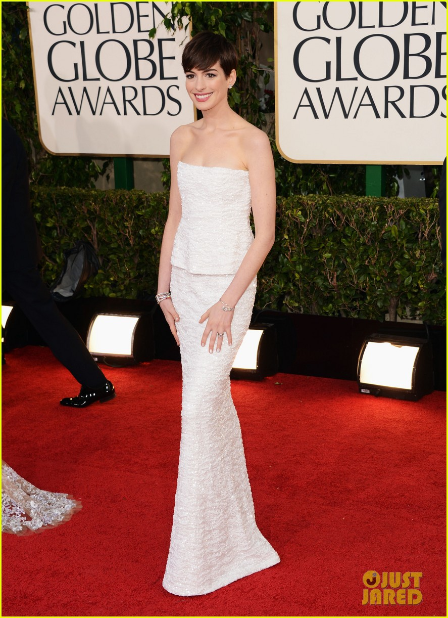 anne hathaway golden globes 2013 red carpet 042790998