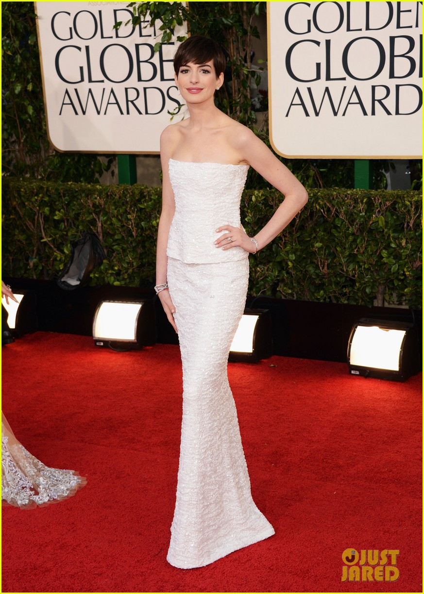 anne hathaway golden globes 2013 red carpet 052790999