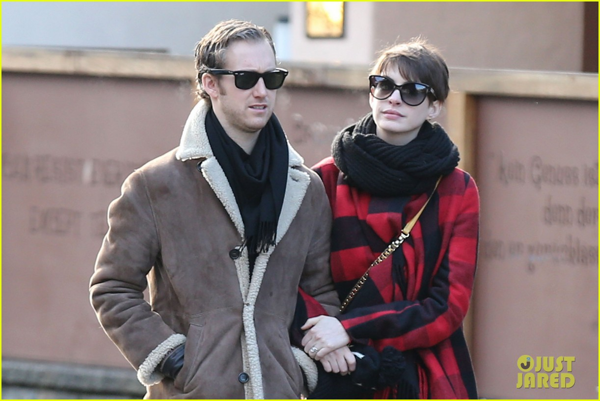anne hathaway adam shulman switzerland kisses 042783914