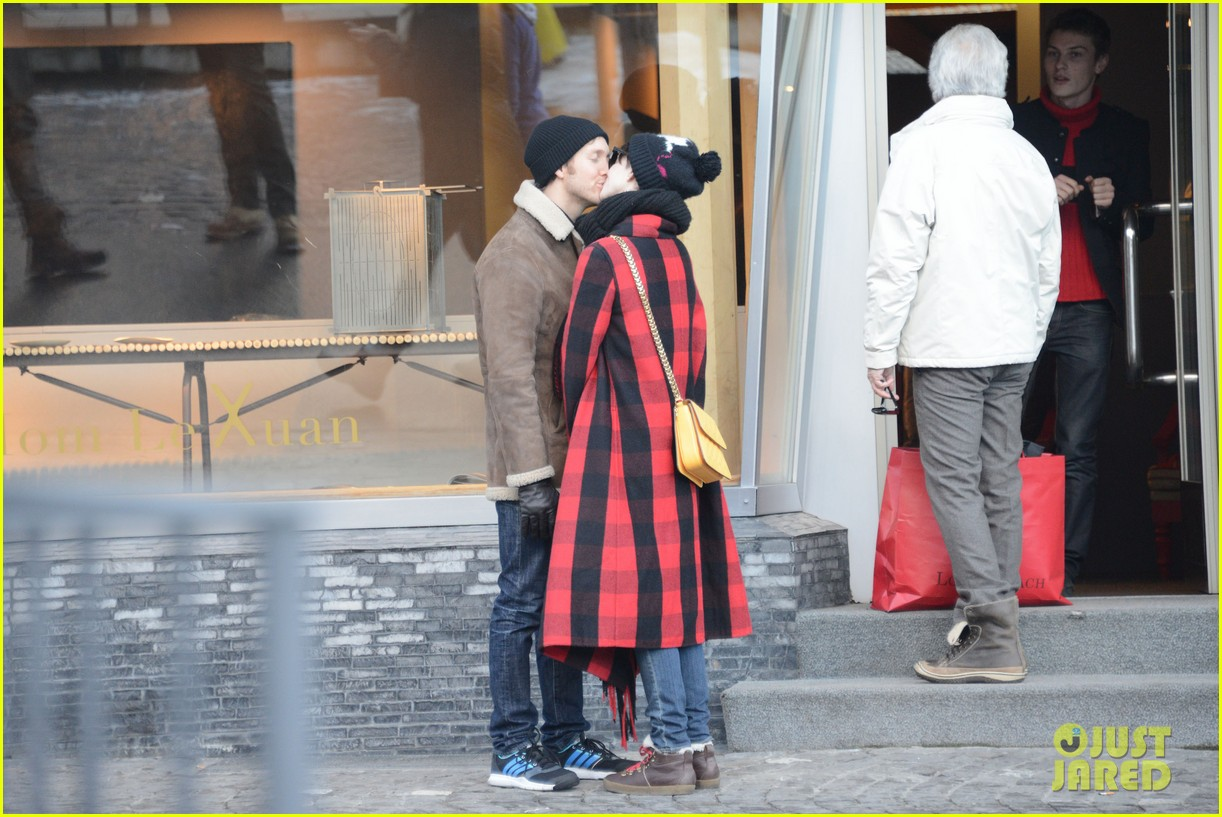 anne hathaway adam shulman switzerland kisses 242783934