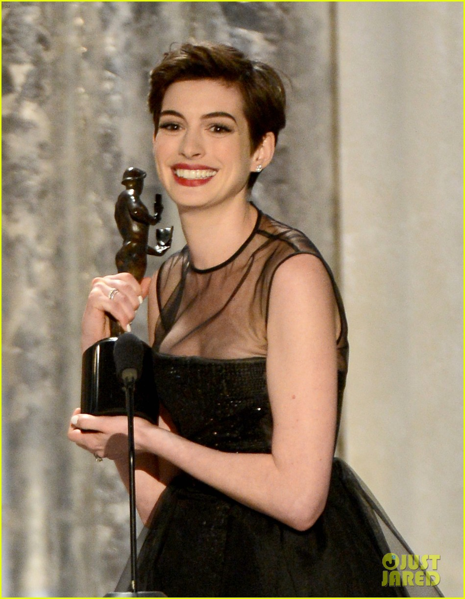 anne hathaway sag awards winner 132799770