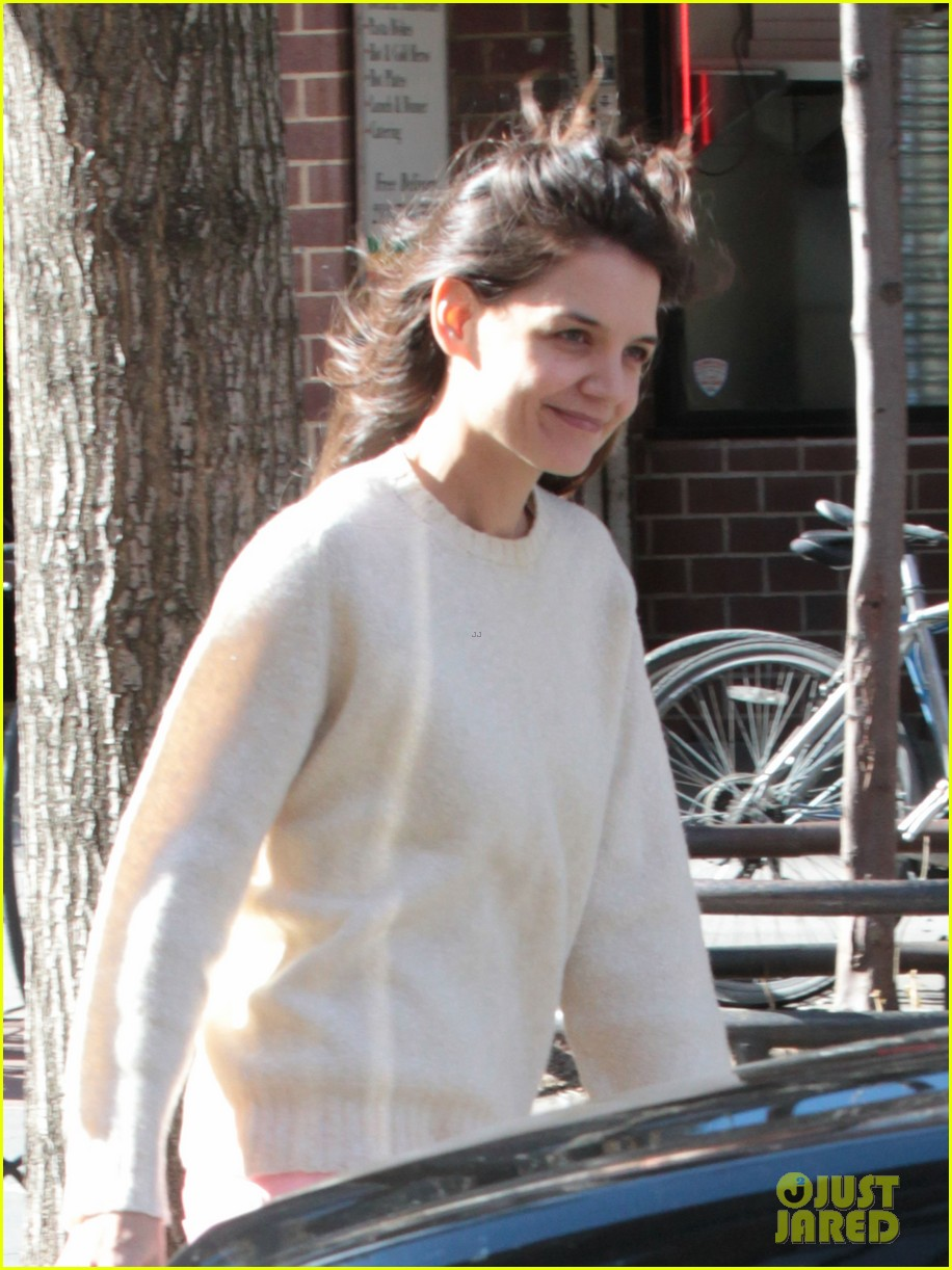 katie holmes real life carrie bradshaw in new york 04