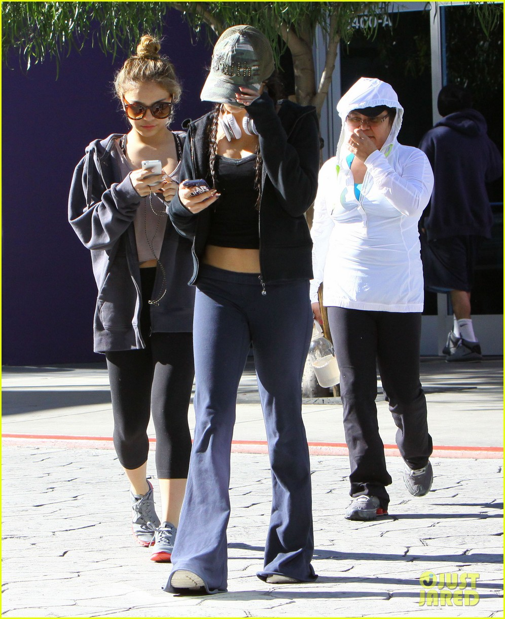 vanessa hudgens austin butler separate studio city outings 16