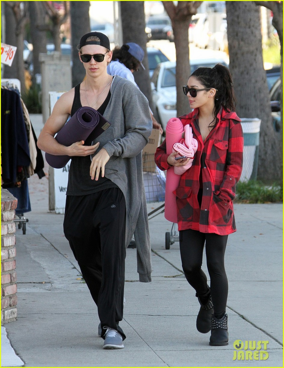 vanessa hudgens yoga class with austin butler 01