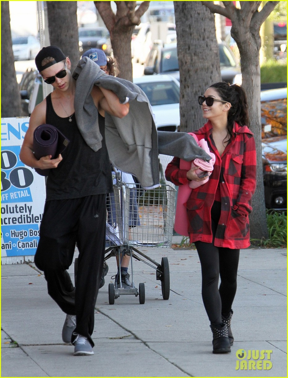 vanessa hudgens yoga class with austin butler 042784296