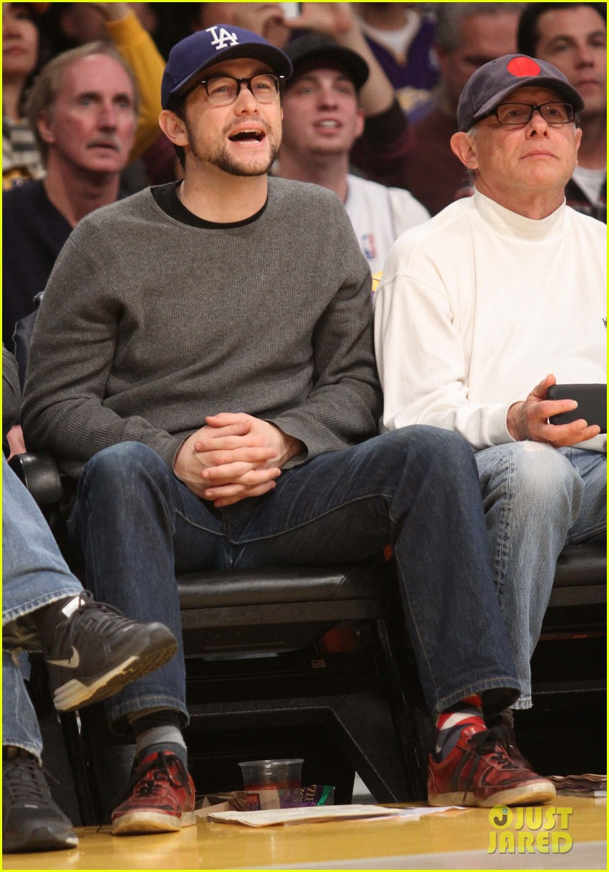 joseph gordon levitt lakers game with dad dennis 03