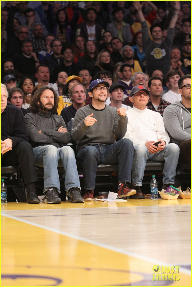 joseph gordon levitt lakers game with dad dennis 05