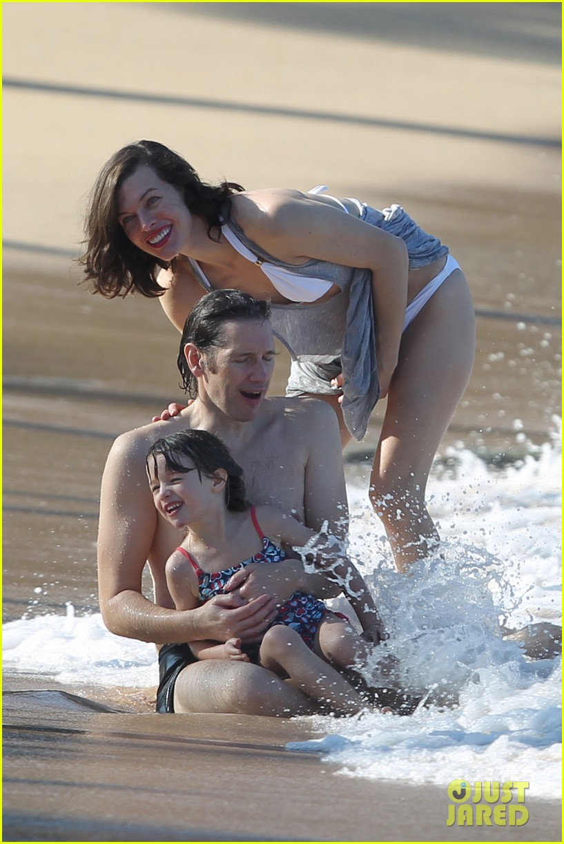 milla jovovich paul ws anderson maui beach with ever 022783158