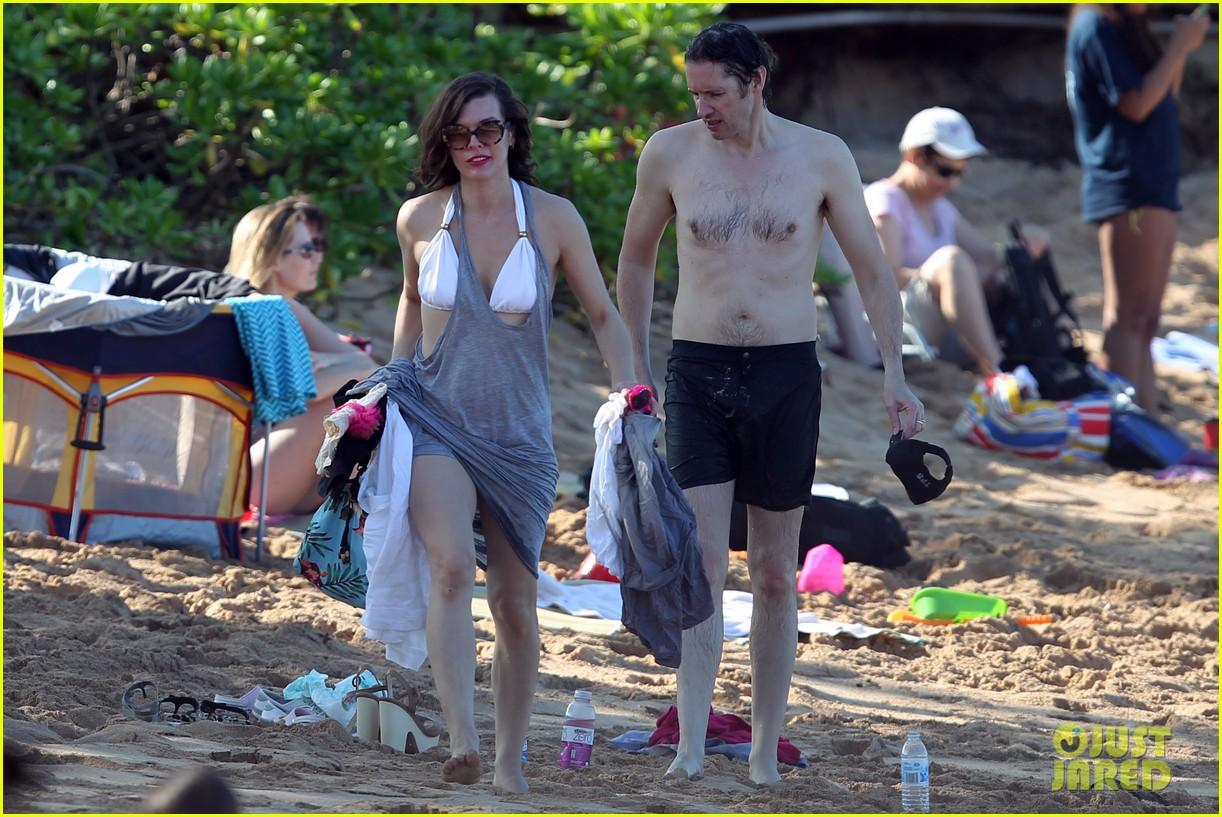 milla jovovich paul ws anderson maui beach with ever 052783161