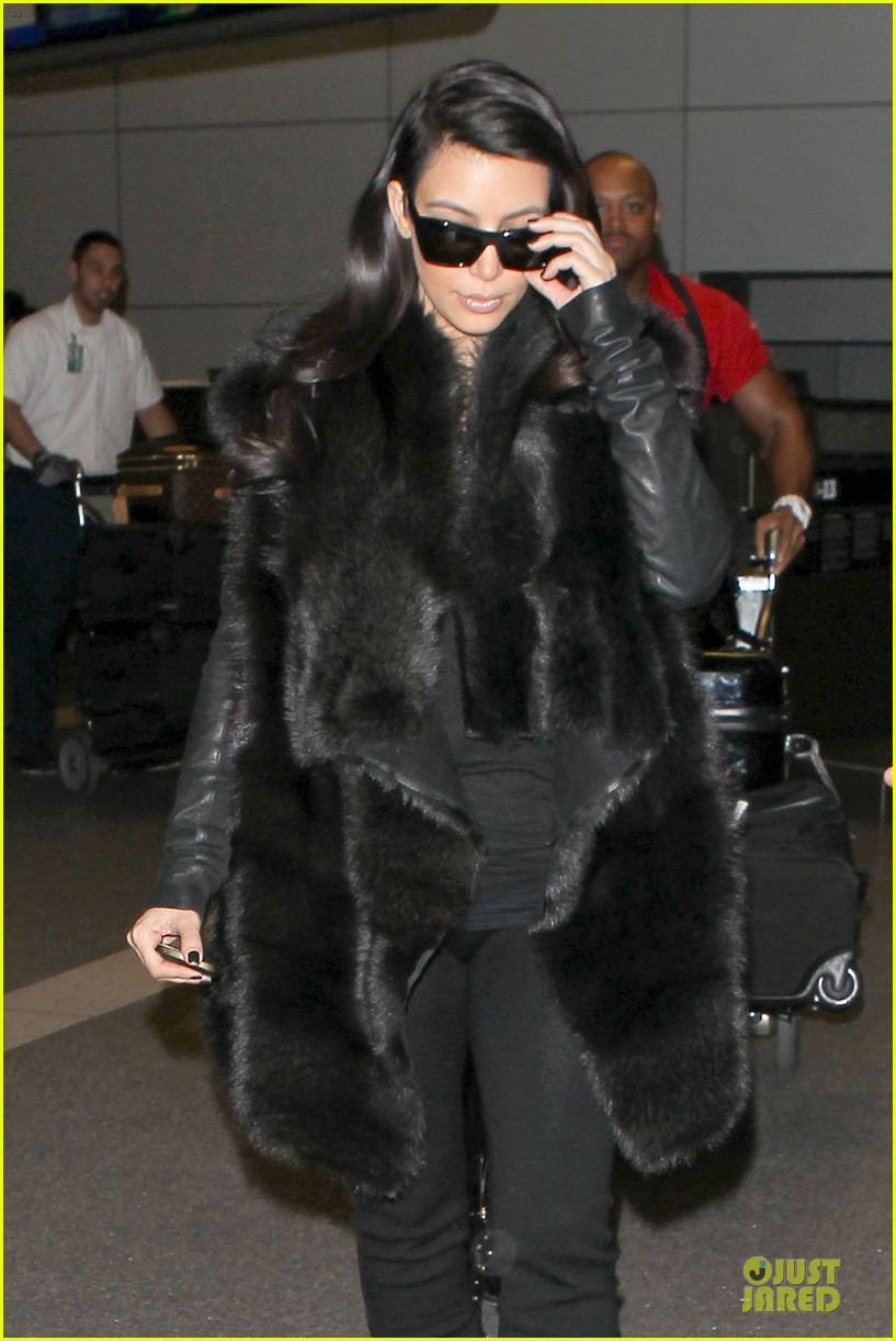 kim kardashian autograph signing at lax airport 06
