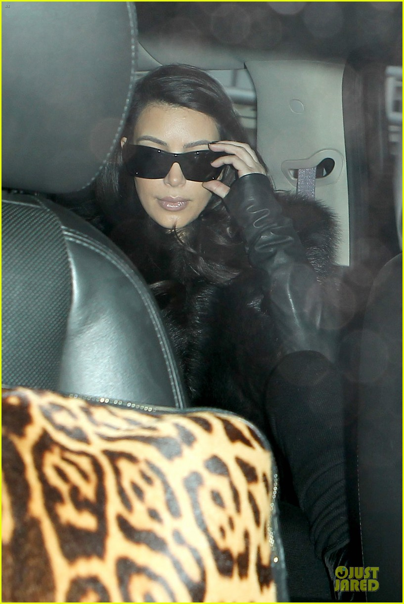kim kardashian autograph signing at lax airport 08