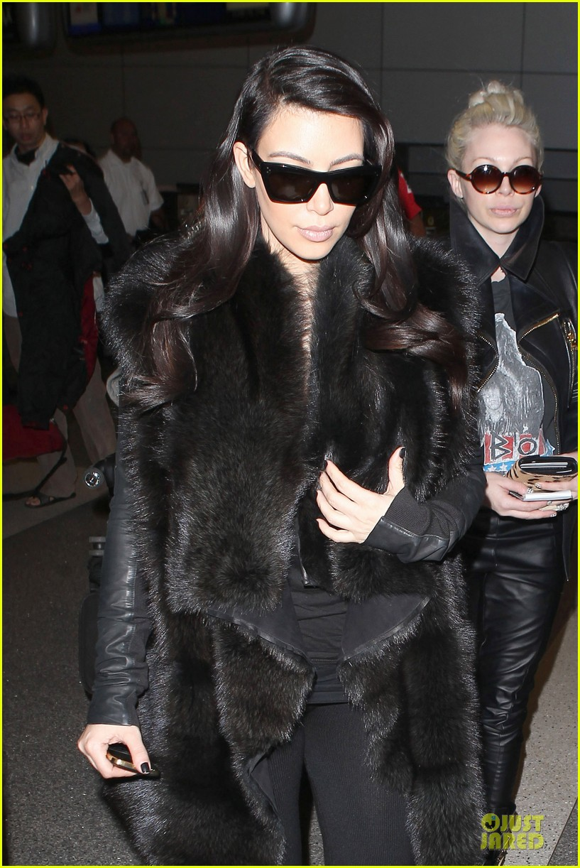 kim kardashian autograph signing at lax airport 10