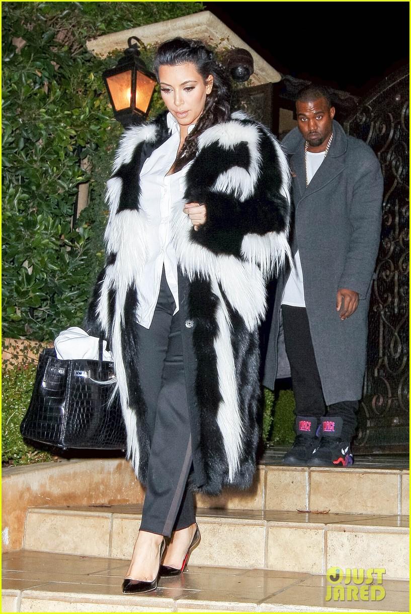 pregnant kim kardashian debuts baby bump en route to new years eve celebration 022783135