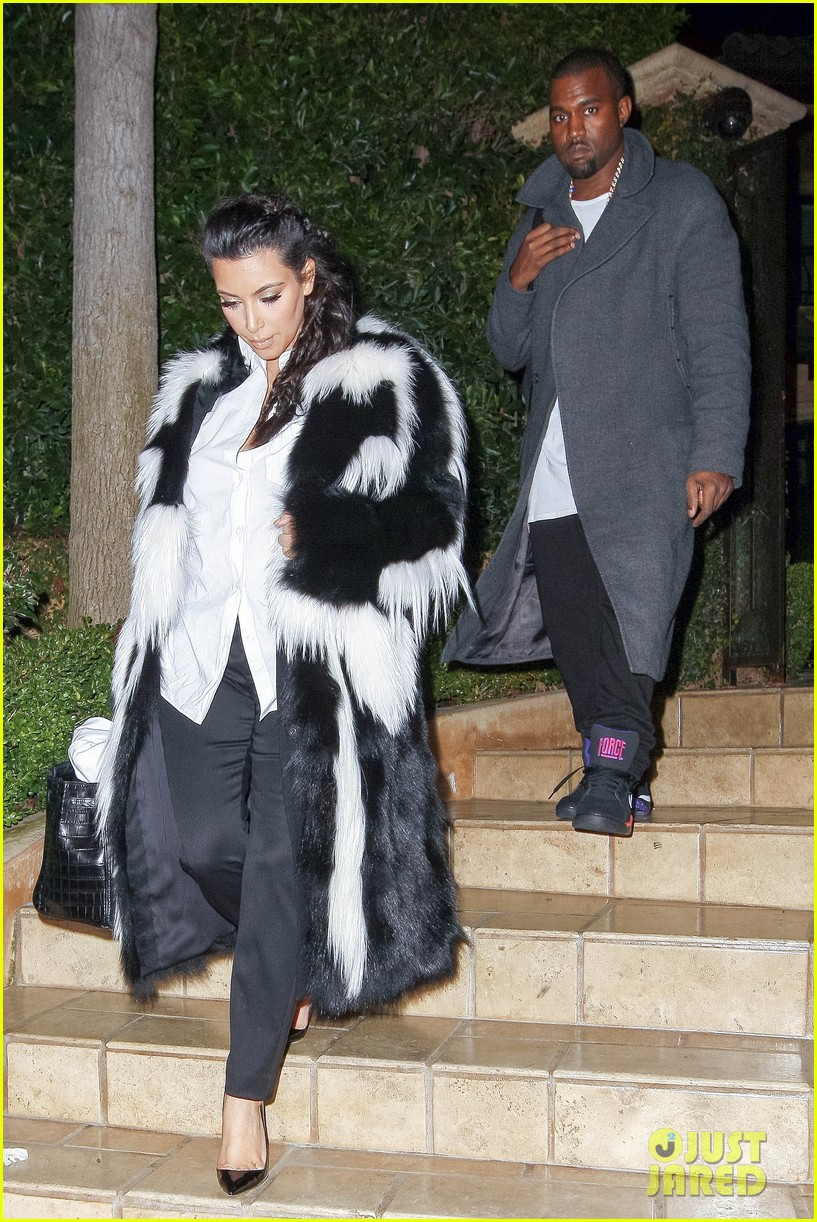 pregnant kim kardashian debuts baby bump en route to new years eve celebration 032783136