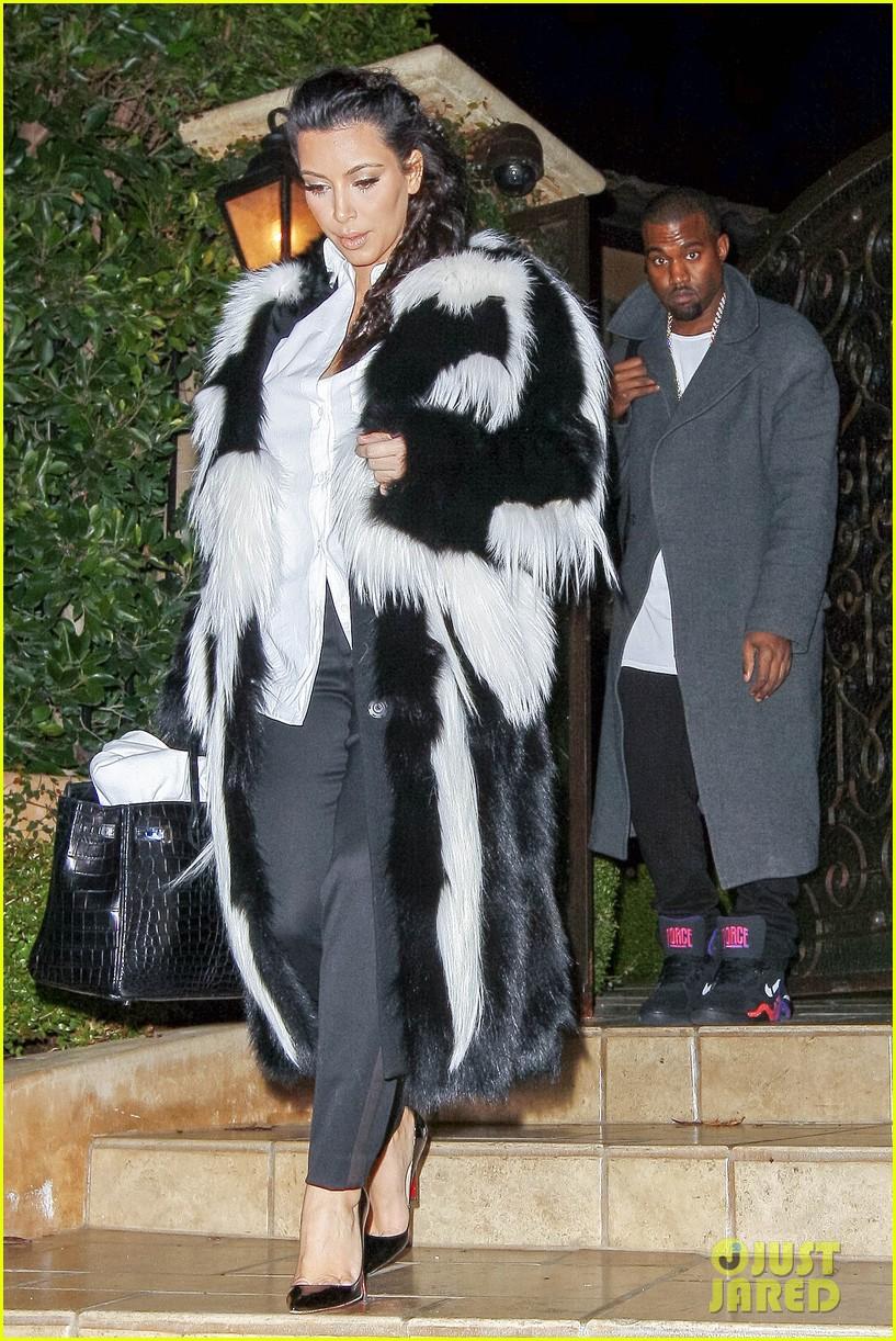pregnant kim kardashian debuts baby bump en route to new years eve celebration 082783141