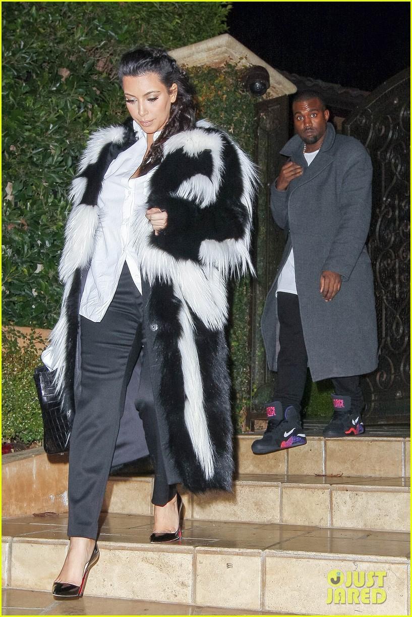 pregnant kim kardashian debuts baby bump en route to new years eve celebration 102783143