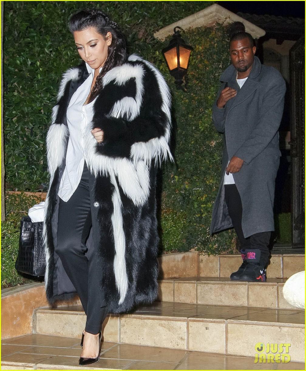 pregnant kim kardashian debuts baby bump en route to new years eve celebration 132783146