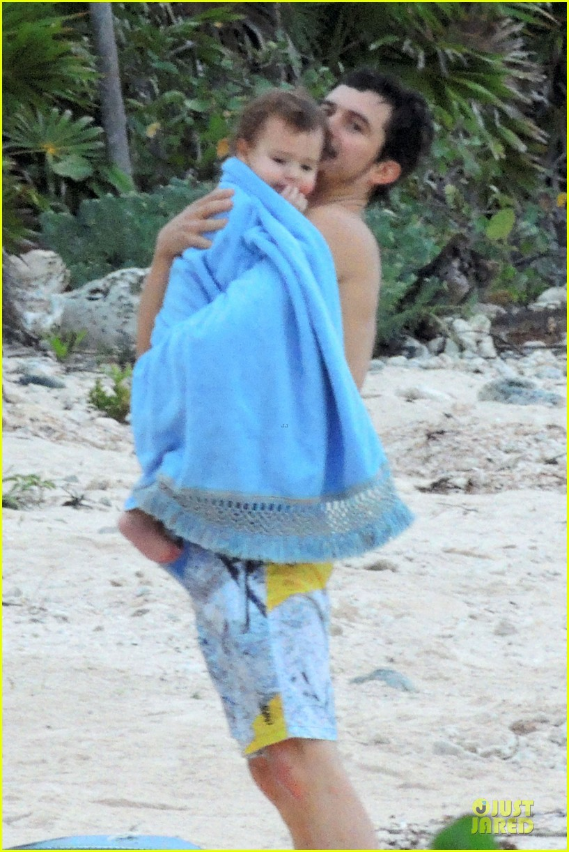miranda kerr shirtless orlando bloom beach vacation with flynn 072800408