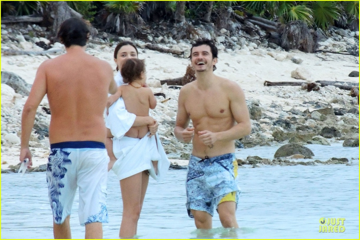miranda kerr shirtless orlando bloom beach vacation with flynn 122800413