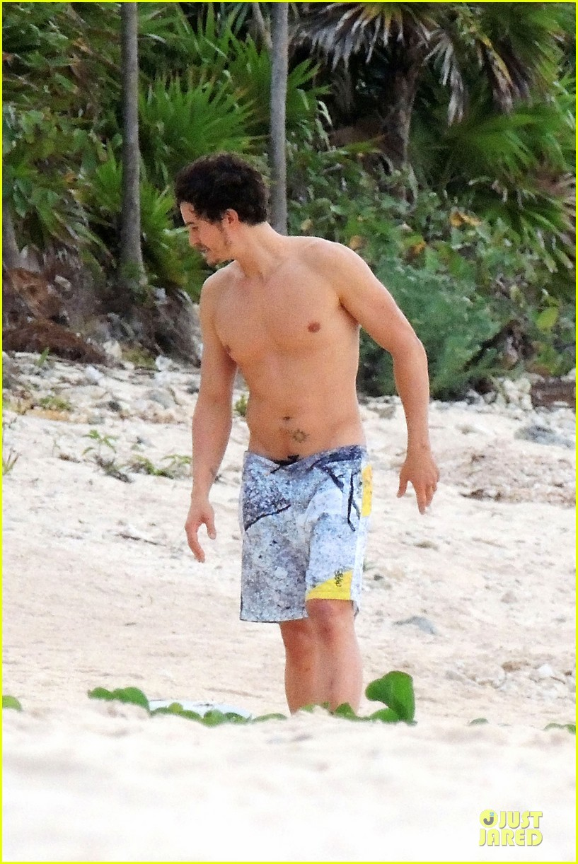 miranda kerr shirtless orlando bloom beach vacation with flynn 182800419