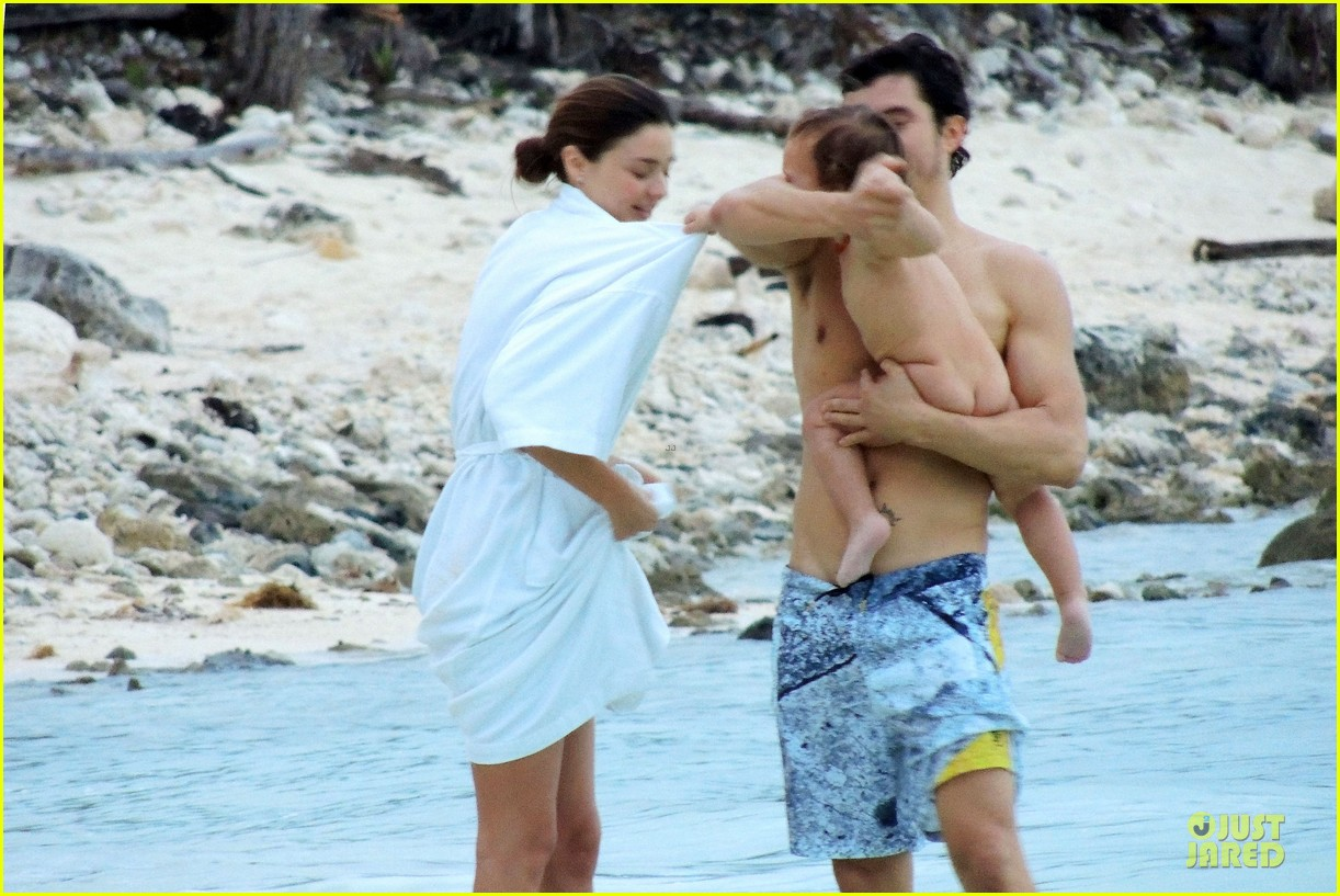 miranda kerr shirtless orlando bloom beach vacation with flynn 29