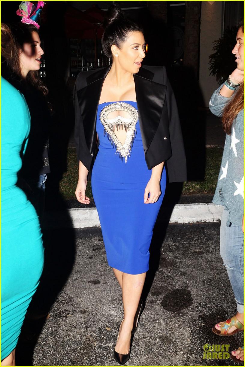pregnant kim kardashian cut out dress at dinner 042785984