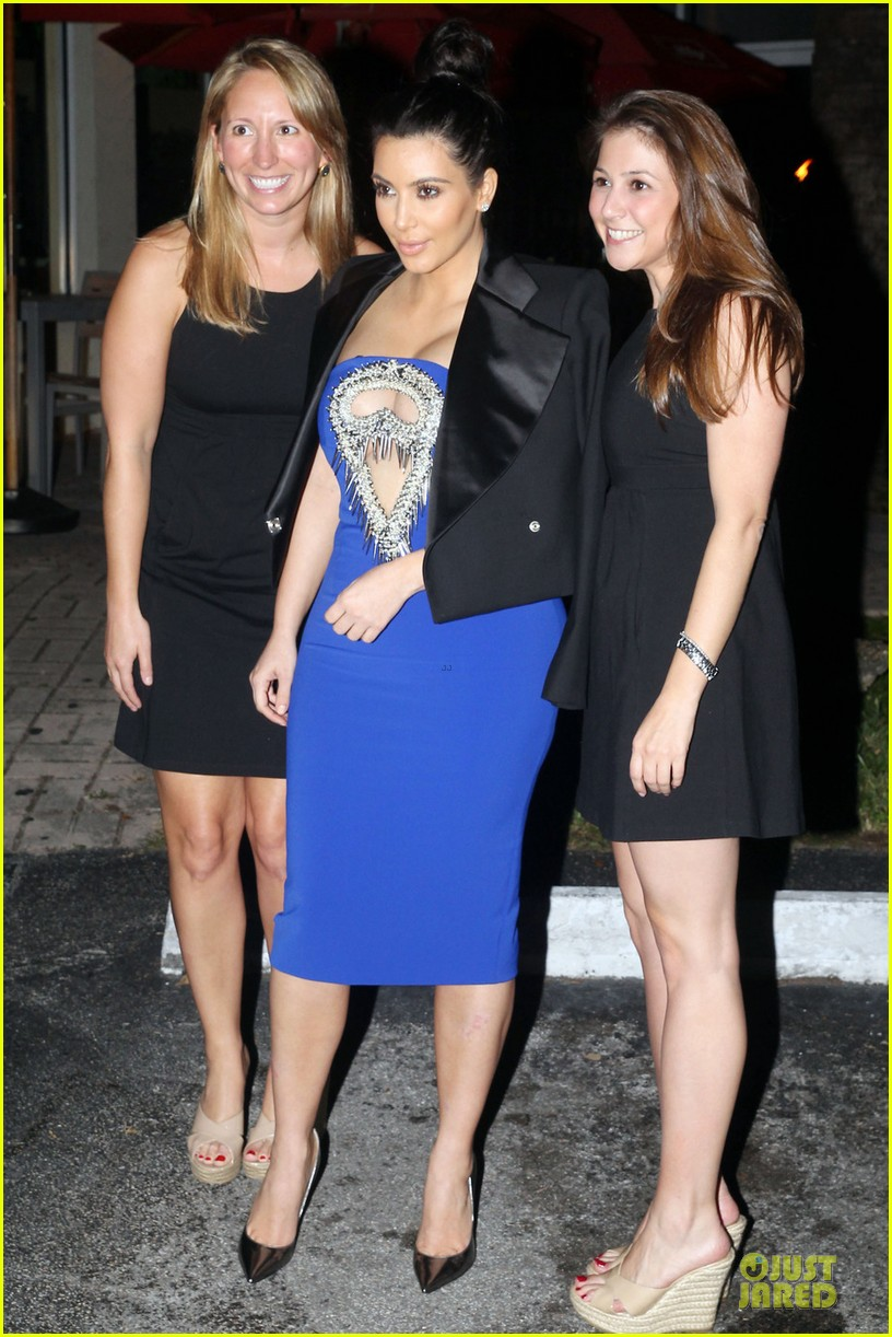pregnant kim kardashian cut out dress at dinner 052785985