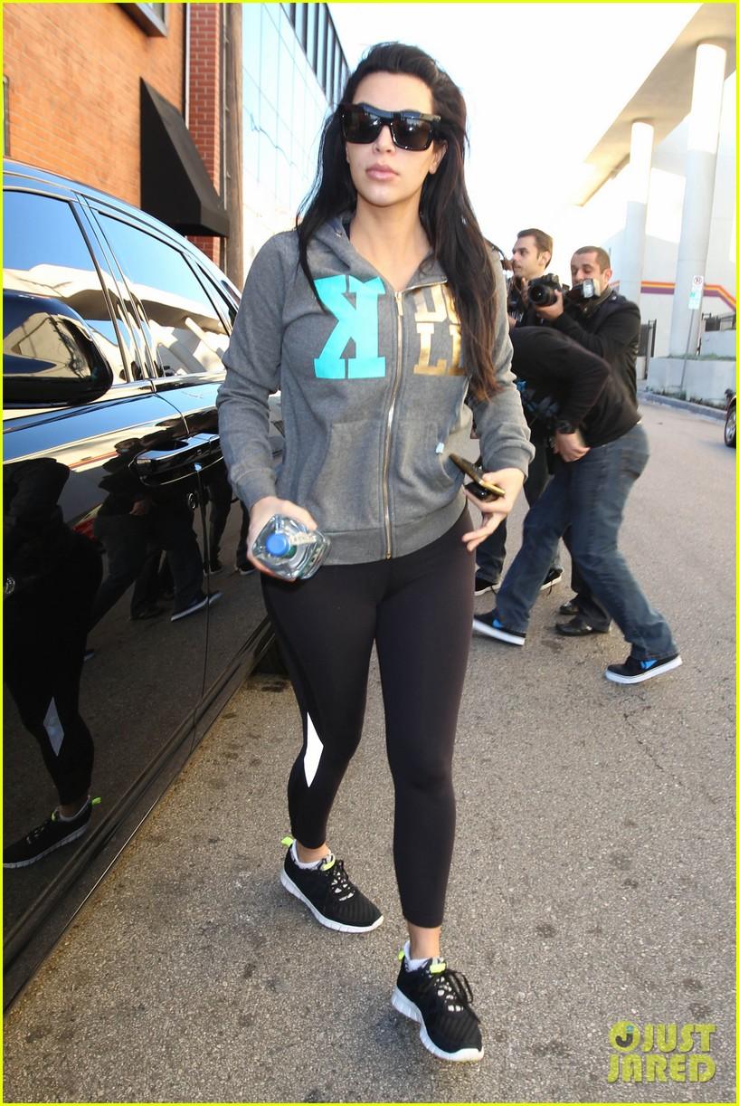 kim kardashian sister kourtney looks incredible post baby weight 142784318