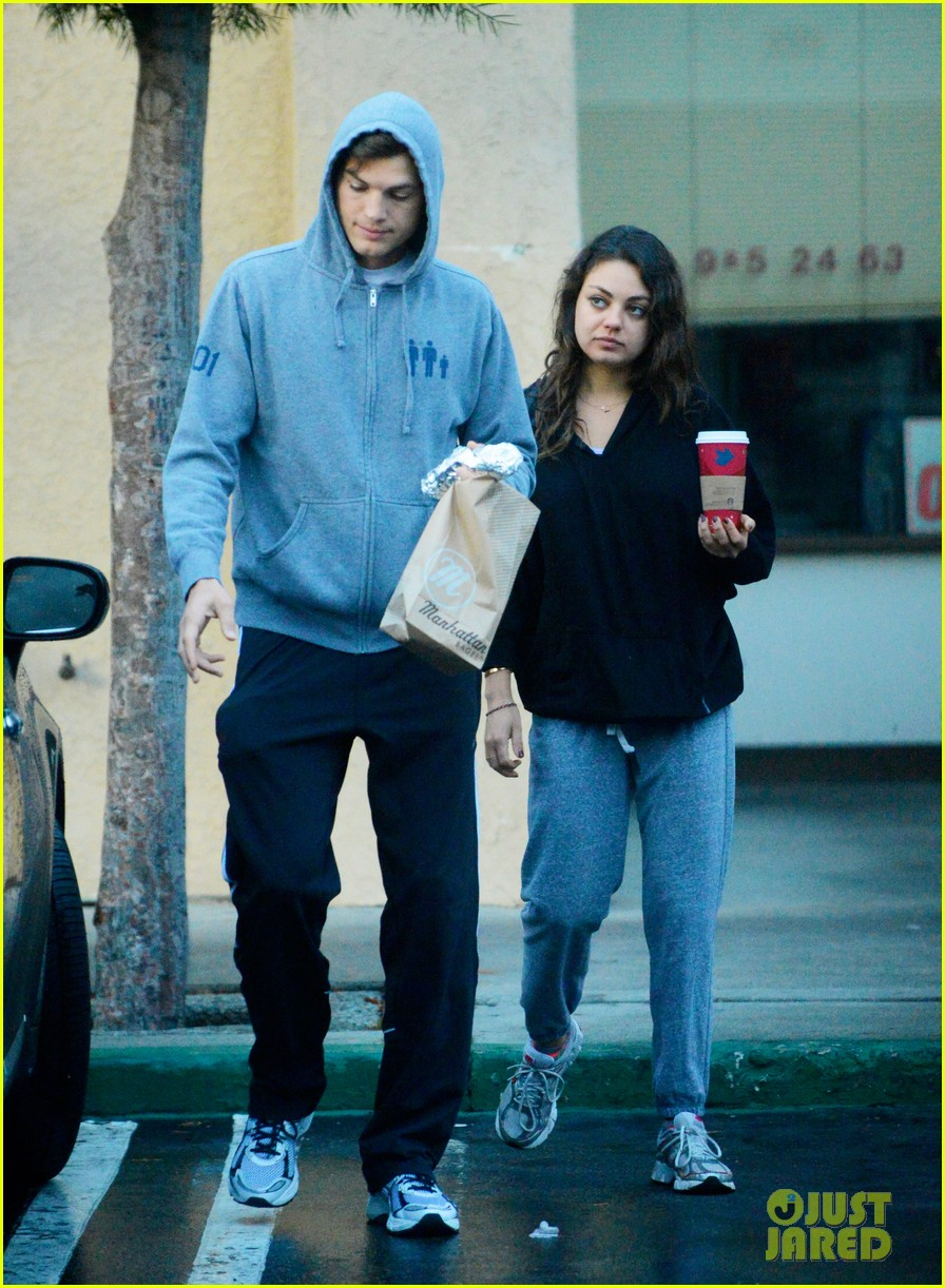 ashton kutcher mila kunis manhattan bagel breakfast 02