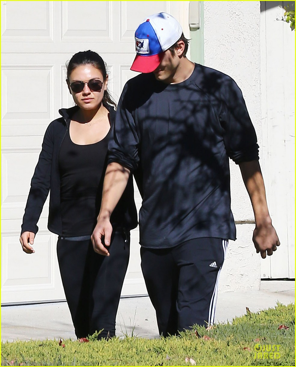 ashton kutcher mila kunis saturday morning walk 04