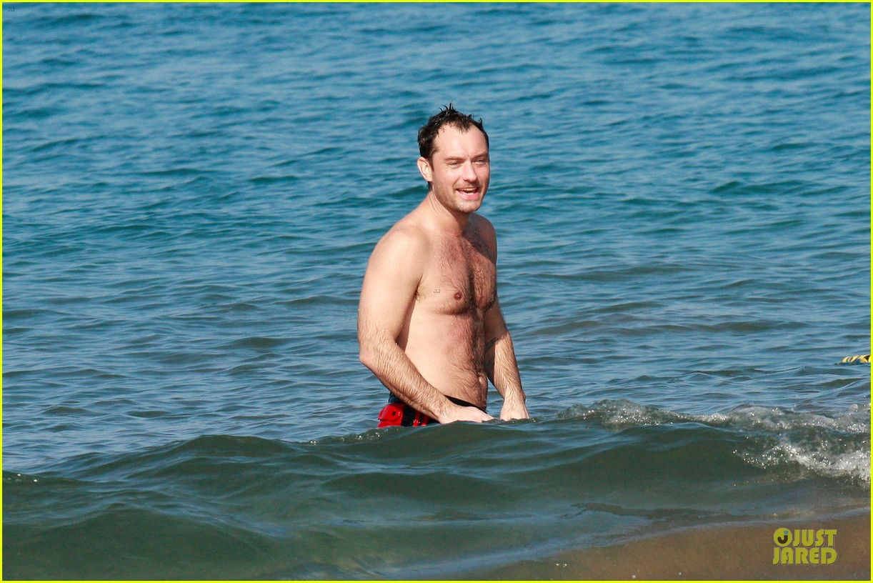 jude law shirtless hawaiian body boarding 07