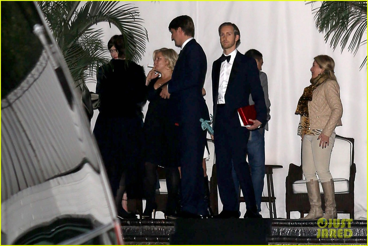 les miserables cast applauds ben affleck at post sags dinner exclusive 222800123