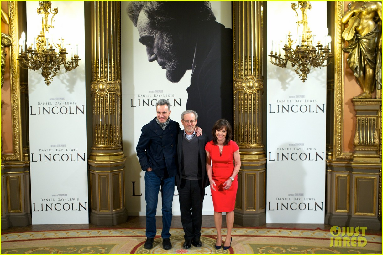 daniel day lewis promotes lincoln after golden globe win 16