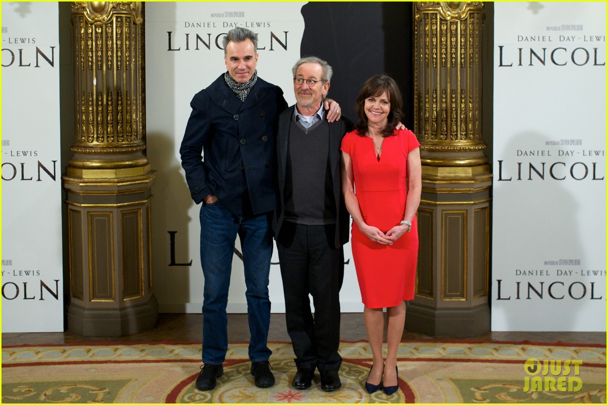 daniel day lewis promotes lincoln after golden globe win 182793212