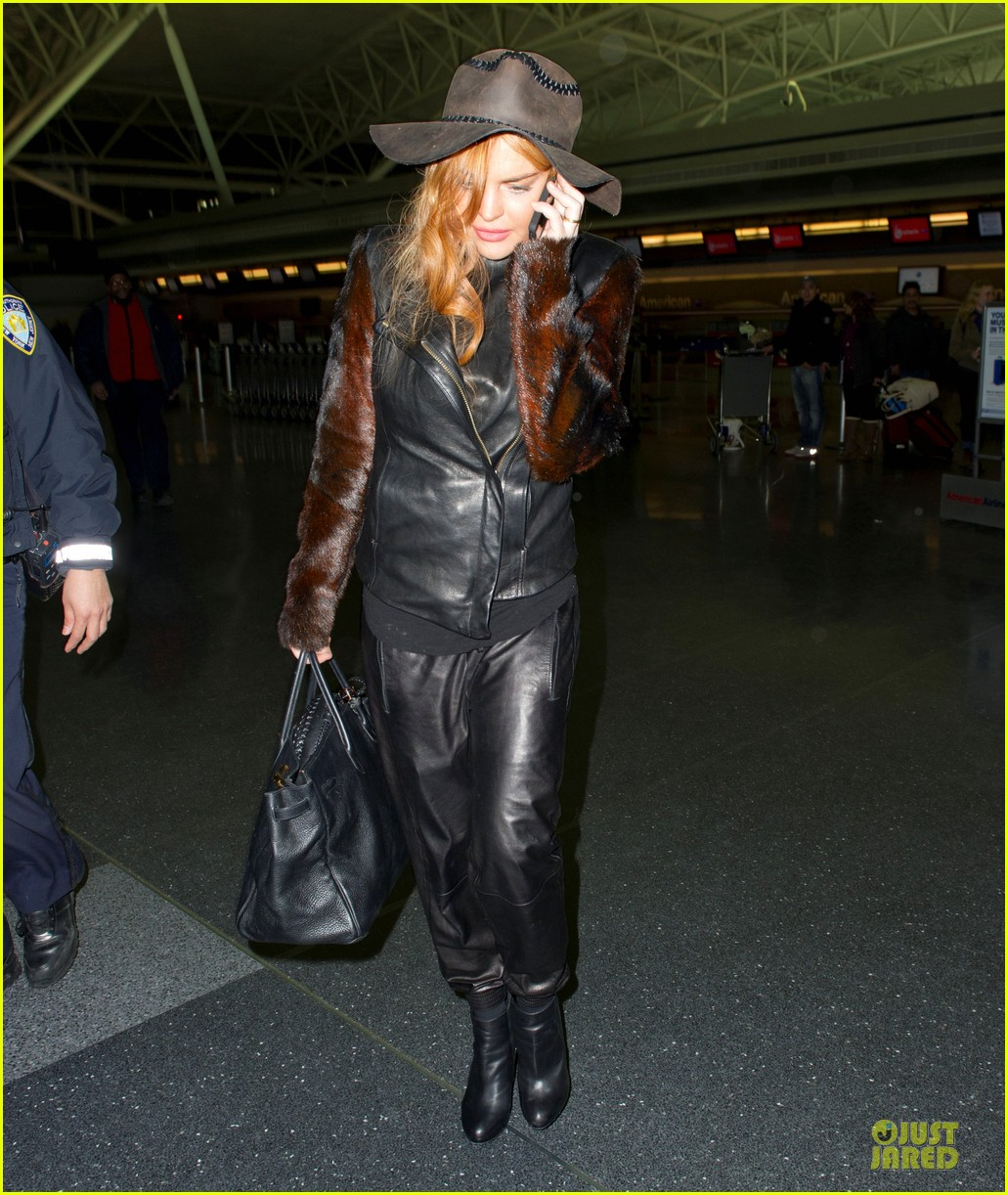 lindsay lohan departs jfk airport for court appearance 012801086