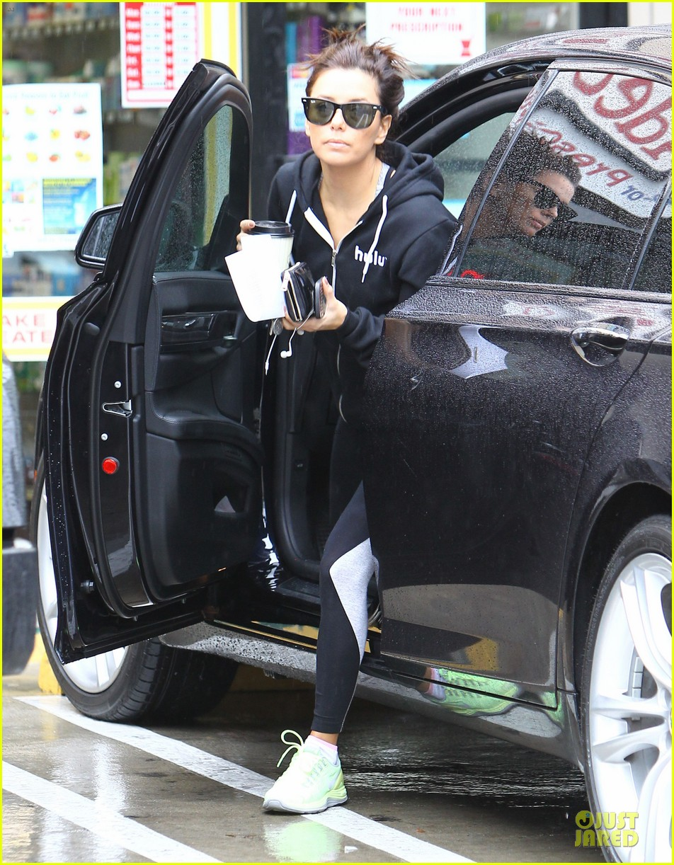 eva longoria hulu supporter in the rain 062799056