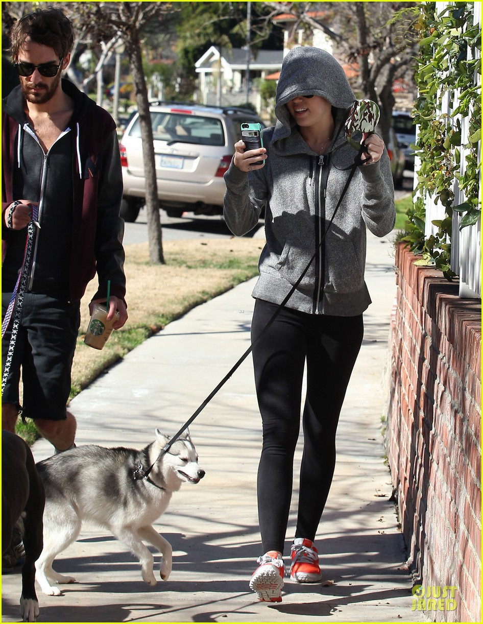 miley cyrus hoodie walk with pet pooch 012800372