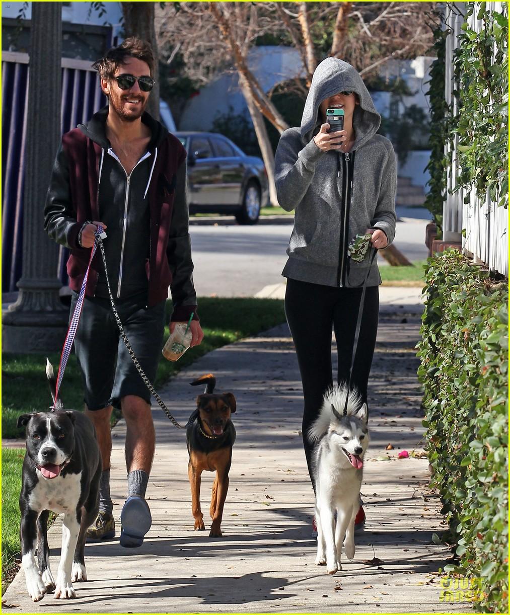miley cyrus hoodie walk with pet pooch 032800374