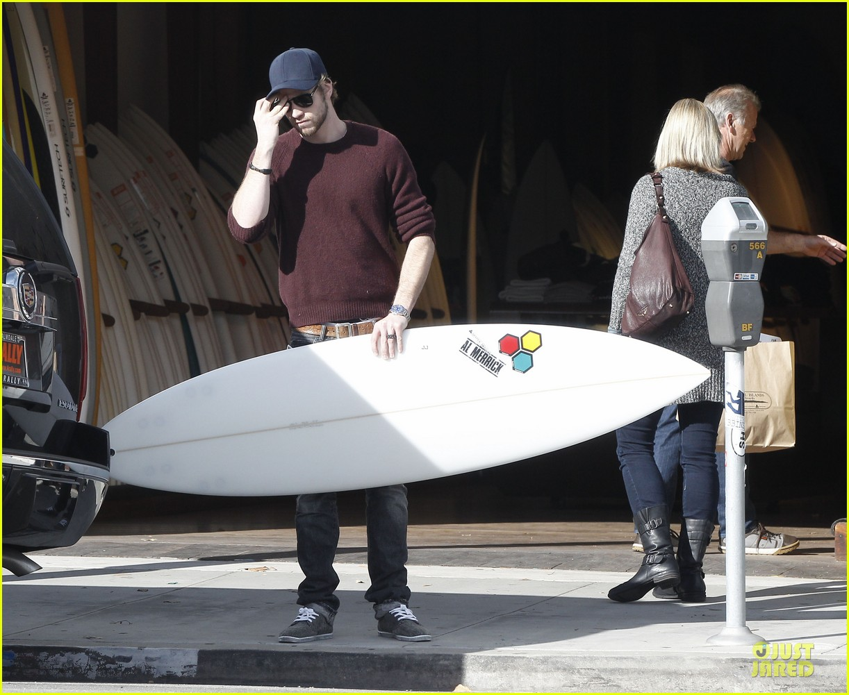 miley cyrus & liam hemsworth post holiday surf shopping 092786400