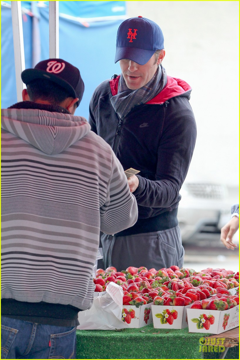 matthew morrison & renee puente strawberry picking couple 062786033