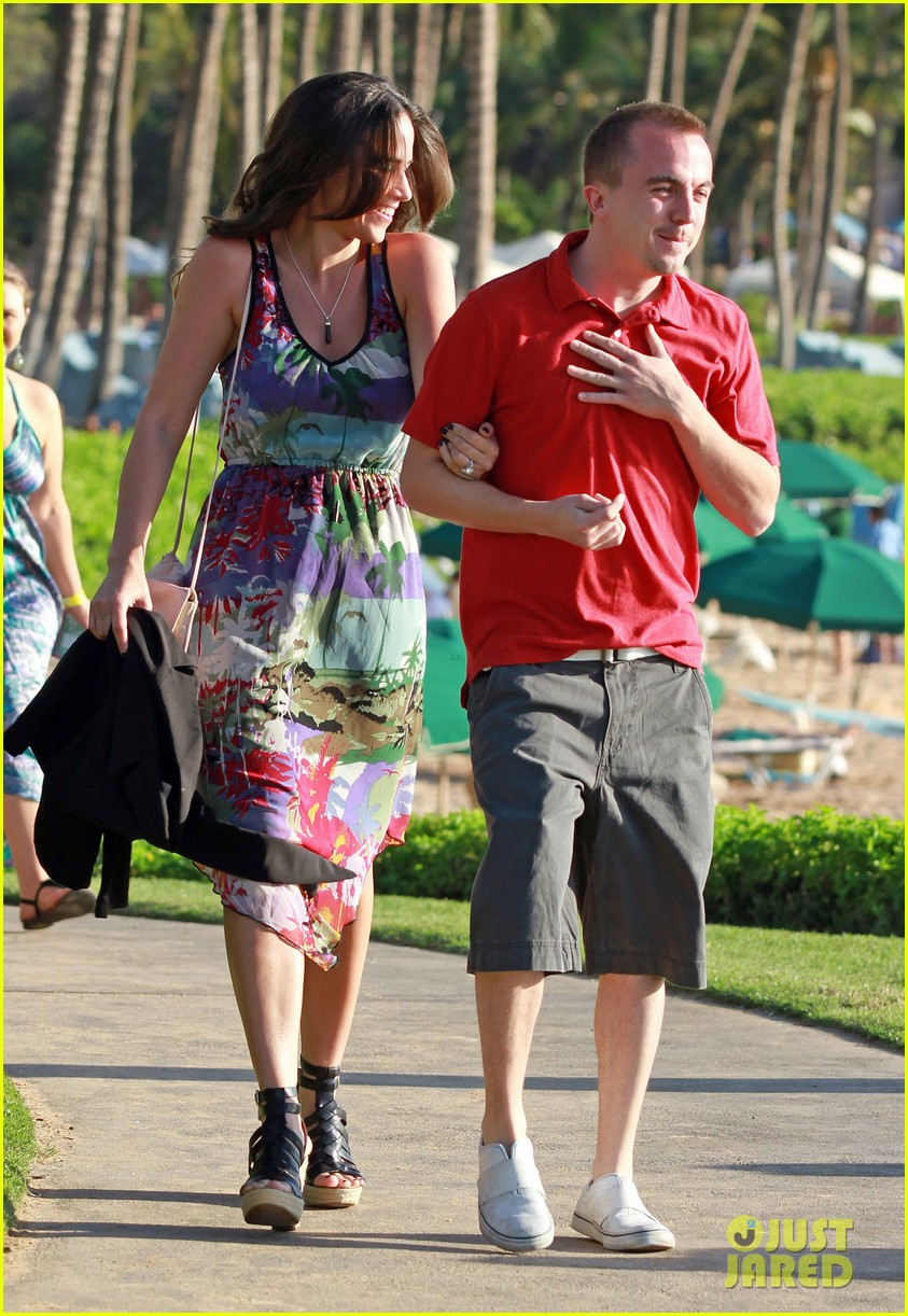 frankie muniz hawaiin vacation with elycia marie 102798561