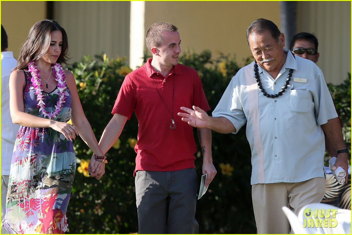 frankie muniz hawaiin vacation with elycia marie 252798576