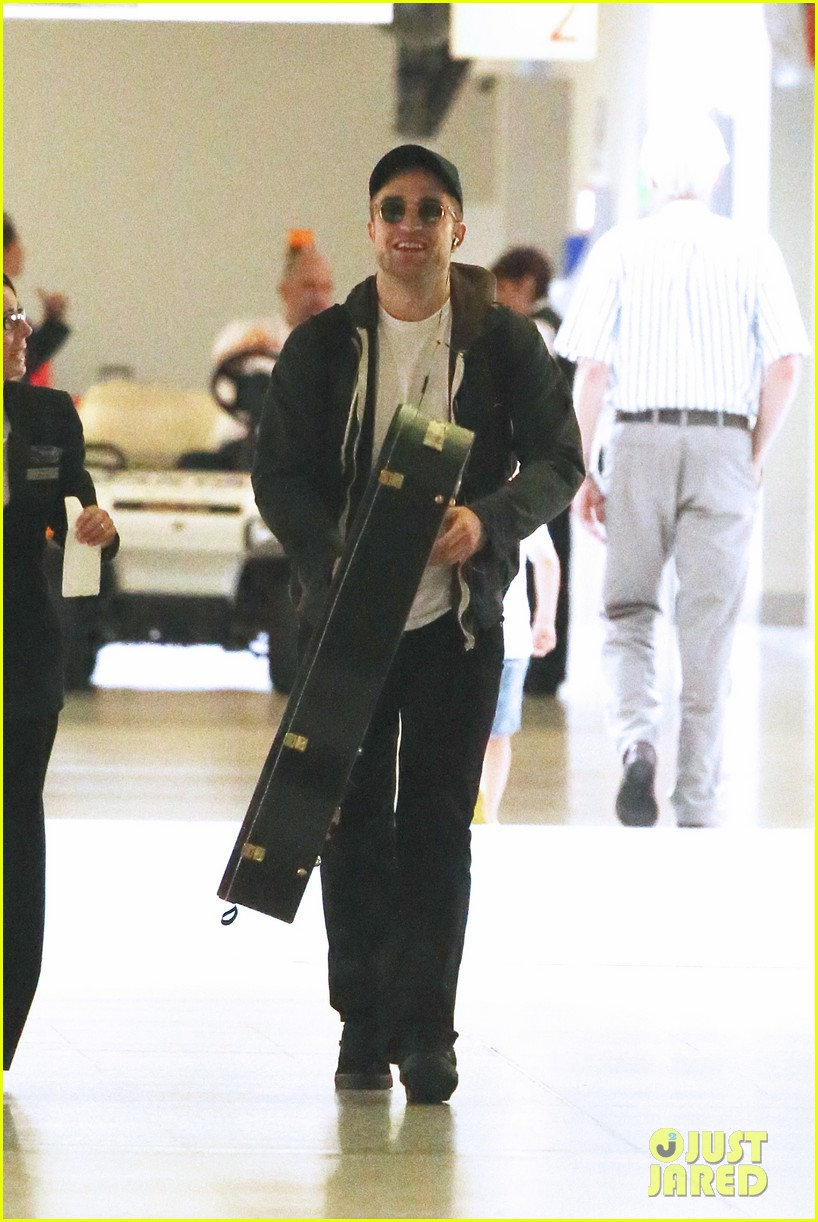 robert pattinson brings his guitar to melbourne 032793381