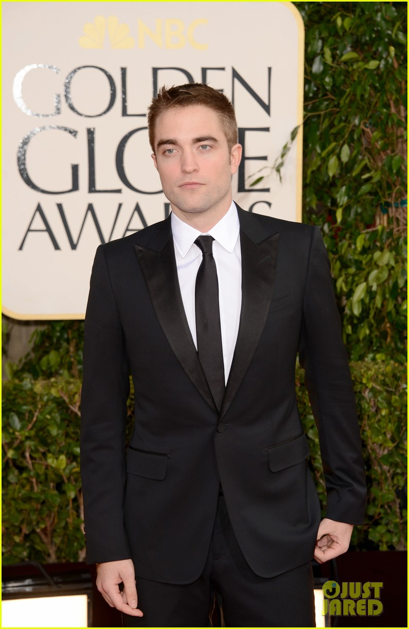robert pattinson golden globes 2013 red carpet 052791048