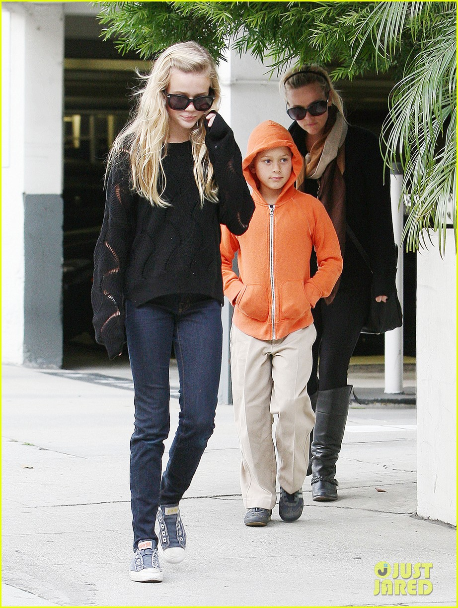 ryan phillippe eats subway reese witherspoon kids shop 022789857
