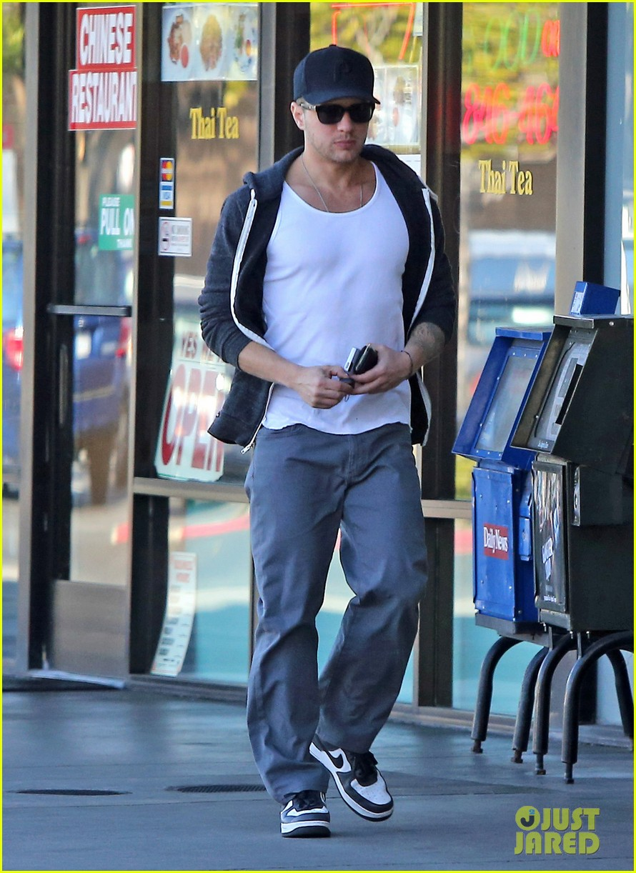 ryan phillippe eats subway reese witherspoon kids shop 052789860